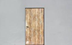 灰色墙壁的背景有闭合的木门的 免版税库存图片