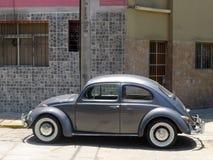 灰色大众甲壳虫1300在米拉弗洛雷斯,利马 免版税库存图片