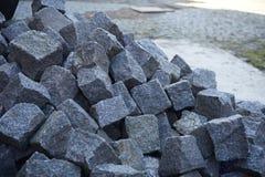 灰色大卵石堆在建造场所准备了 免版税库存图片