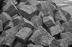 灰色大卵石堆在建造场所准备了 免版税库存照片