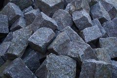 灰色大卵石堆在建造场所准备了 库存照片