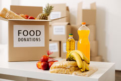 灰色大箱子包装与食物捐赠 免版税库存照片