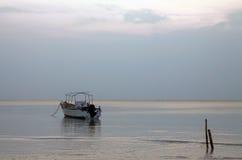 灰色天空黎明海景唯一小船 免版税库存图片