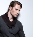 灰色套头衫的英俊的性感的人。 图库摄影