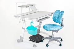 灰色学校书桌和椅子是蓝色的 库存照片