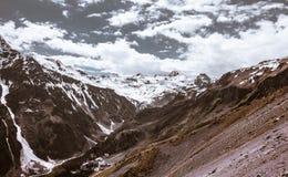 灰色山风景在雪的 库存照片