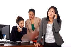 灰色微笑的诉讼妇女 免版税库存图片