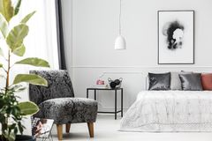 灰色扶手椅子在卧室 免版税图库摄影