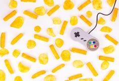 灰色控制杆和土豆片 有害的食物和gamepad Gamepad 免版税库存图片
