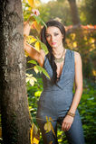 灰色摆在的美丽的妇女在秋季公园 年轻深色的妇女在秋天的花费时间在一棵树附近在森林里 库存照片