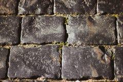 灰色方形的鹅卵石特写镜头 路的石表面 石头和鹅卵石路  免版税图库摄影
