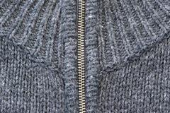 灰色有银色金属拉链的被编织的毛线衣 免版税库存图片