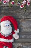 灰色木表面上的圣诞节圣诞老人 免版税图库摄影