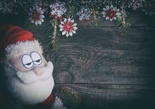 灰色木表面上的纺织品圣诞老人 免版税库存图片