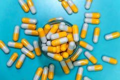 灰色橙色药片 库存照片