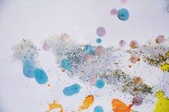 灰色橙黄色蓝色金黄闪耀的光,冬天油漆水彩背景 免版税库存照片