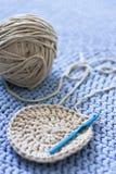 灰色毛线缠结在蓝色被编织的地毯说谎 免版税库存图片