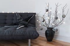 灰色沙发、冬天装饰和舒适光 免版税图库摄影
