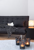 灰色沙发和舒适光在客厅 库存照片