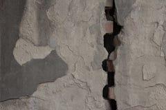 灰色涂了灰泥宽裂缝划分的墙壁 概略的纹理 免版税库存照片
