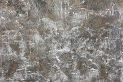 灰色涂了灰泥有污点、抓痕和镇压的,纹理墙壁 免版税库存照片