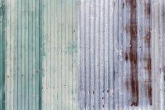 灰色生锈的波纹状的被镀锌的钢铁金属板的表面 免版税库存图片