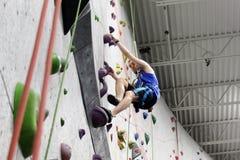 灰色登山人的顶绳索 库存照片