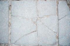 灰色白色混凝土墙背景,老纹理,灰色瓦片裂缝 免版税库存图片