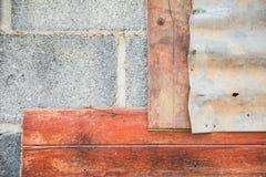 灰色砖和木和被镀锌的铁板料老墙壁 对墙纸 免版税库存图片