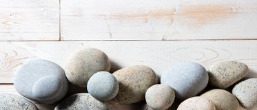 灰色禅宗石头边界在白色木背景设置了 库存照片