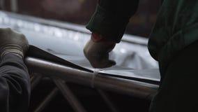 灰色篷布得到连接到铝结构与塑料别针 影视素材