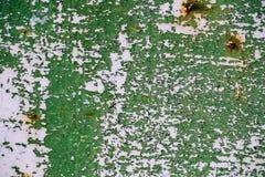 灰色绘了有破裂的绿色油漆的,铁锈污点金属墙壁, 库存照片