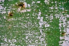 灰色绘了有破裂的绿色油漆的,铁锈污点,生锈的金属板料金属墙壁与破裂和片状绿色油漆,金属bac的 库存照片