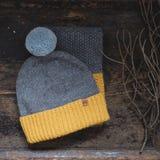 灰色编织了羊毛盖帽与绒球和围巾的 免版税库存照片