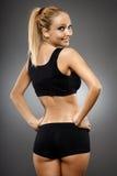 灰色背景的健身女孩 免版税库存照片