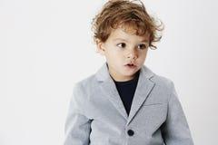 灰色背景的年轻男孩 免版税库存图片