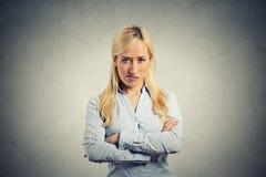 灰色背景的画象恼怒的白肤金发的妇女 免版税库存图片