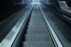 灰色自动扶梯台阶 免版税库存照片