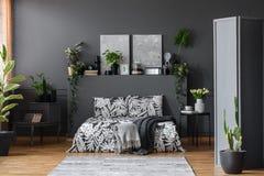 灰色花卉卧室内部 免版税库存照片
