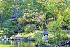 灰色花岗岩灯笼在秋天的日本庭院里 免版税库存照片