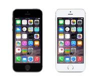 灰色苹果计算机的空间和显示iOS 8的银色iPhone 5S,被设计 免版税库存照片
