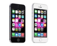 灰色苹果计算机的空间和显示iOS 8的银色iPhone 5S,被设计 免版税库存图片