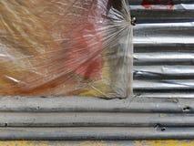 灰色葡萄酒板岩板料,在左边用黄色聚四氟乙烯和一个红色油漆斑点盖,异常的背景片断  免版税图库摄影