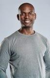 灰色衬衣的适合的英俊的微笑的人 图库摄影