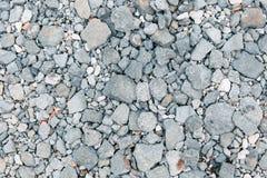 灰色被击碎的石岩石路纹理样式 免版税库存照片