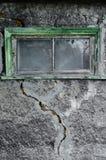 灰色装饰膏药纹理与一个大裂缝和窗口的 免版税图库摄影