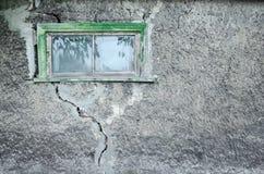 灰色装饰膏药纹理与一个大裂缝和窗口的 免版税库存图片
