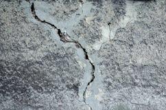 灰色装饰膏药纹理与一个大裂缝的总体上构筑 库存图片