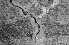灰色装饰膏药纹理与一个大裂缝的 库存图片