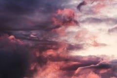 灰色覆盖与红灯的天空背景从太阳 免版税图库摄影